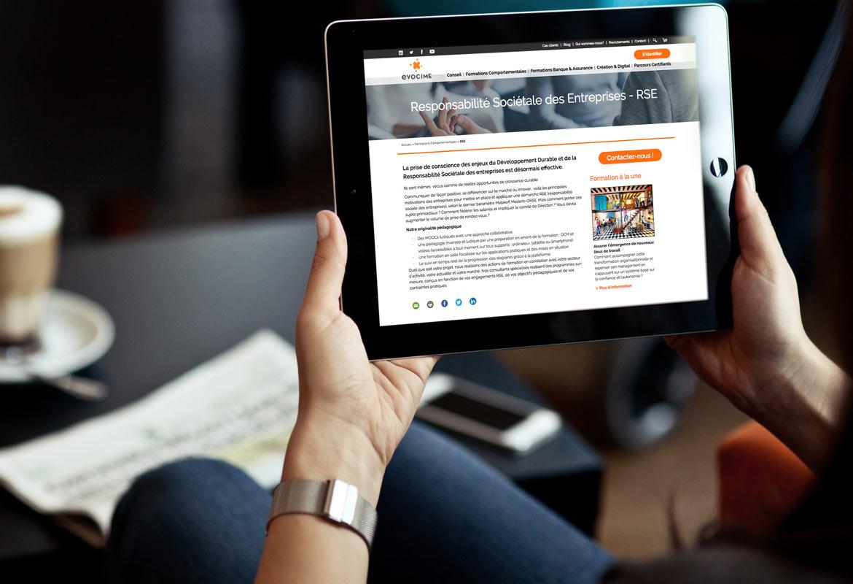 Une page du site vue d'un écran iPad.
